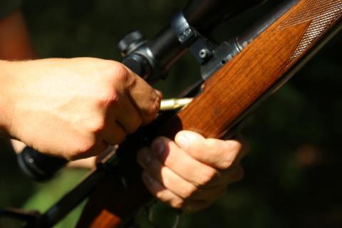 Laden des Jagdgewehrs