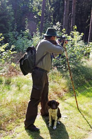 Jäger im Anschlag mit Pirschstock