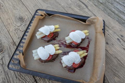 Steaks mit Tomatenscheiben, Spargel und Mozzarella belegen. Im vorgeheizten Backofen 10 – 15 Minuten gratinieren. (Quelle: Dorn/DJV)