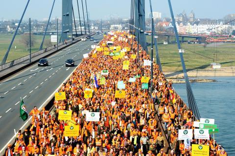 Jäger-Demo auf der Rheinkniebrücke