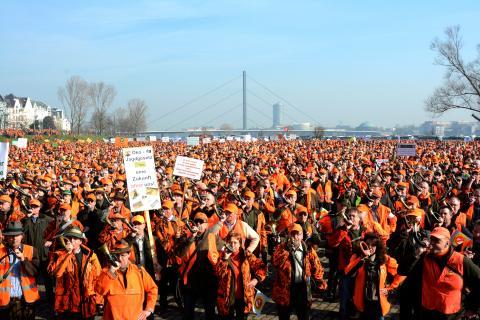 Gänsehaut pur! Hunderte von Jagdhörnern blasen den Politikern den Marsch.