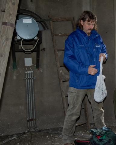 Josef Tumbrinck (NABU-Vorsitzender NRW) hat mit Jägern junge Wanderfalken beringt und setzt diese auf einen Kirchturm zurück