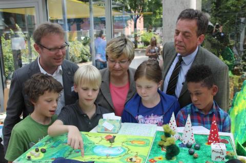 Frank Corleis, Leiter des SCHUBZ Lüneburg, Frauke Heiligenstadt, Niedersächsische Kultusministerin und Schirmherrin des Ideenwettbewerbs und Helmut Dammann-Tamke, Präsident der Landesjägerschaft Niedersachsen, lassen sich einen Projektbeitrag erklären.