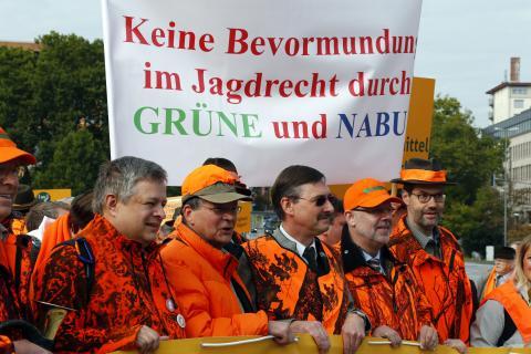 LJV-Präsident Dr. Jürgen Ellenberger inmitten von Demonstranten.