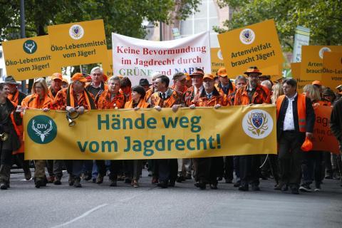 Demo: Etwa 3.500 Jäger ziehen am 26.09.2015 durch Wiesbaden