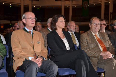 Bundeslandwirtschaftsministerin Ilse Aigner eingerahmt vom alten und neuem DJV-Präsidenten, Jochen Borchert (l.) und Hartwig Fischer, auf der Kundgebung des Bundesjägertages 2011.