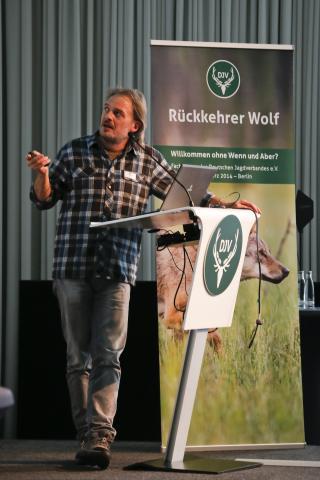 """Dr. Felix Knauer (Forschungsinstitut für Wildtierkunde und Ökologie - Universität Wien): """"Wir regulieren manche Tierarten in der Kulturlandschaft, andere nicht, z.B. das Rotkehlchen. Es ist eine gesellschaftliche Entscheidung."""" (Foto: DJV/Grimm)"""
