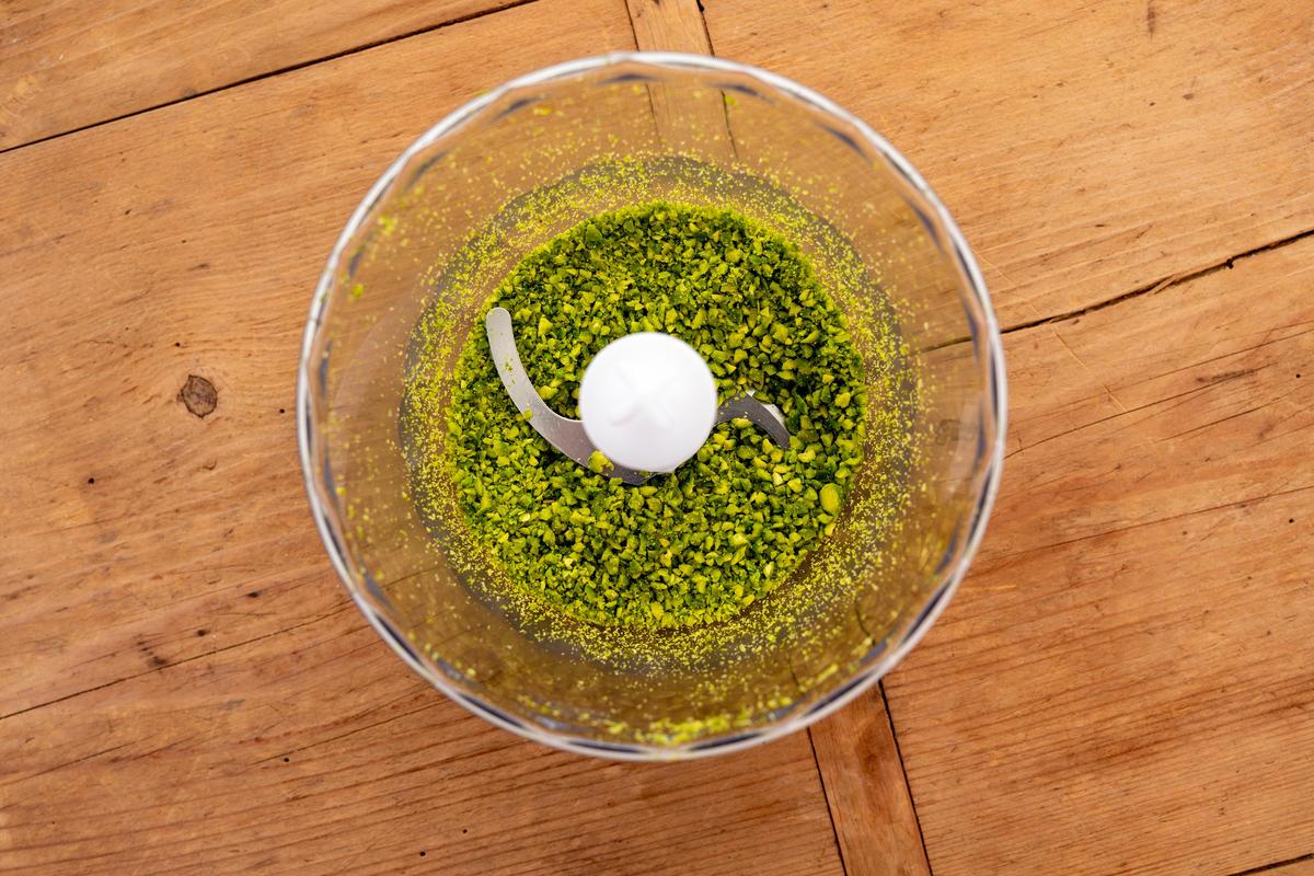 Pistazien hacken und mit Panko vermischen. Schnitzel zuerst in Mehl, dann in den Eiern und zum Schluss in der Pistazienpanade wenden.  (Quelle: Dorn/DJV)