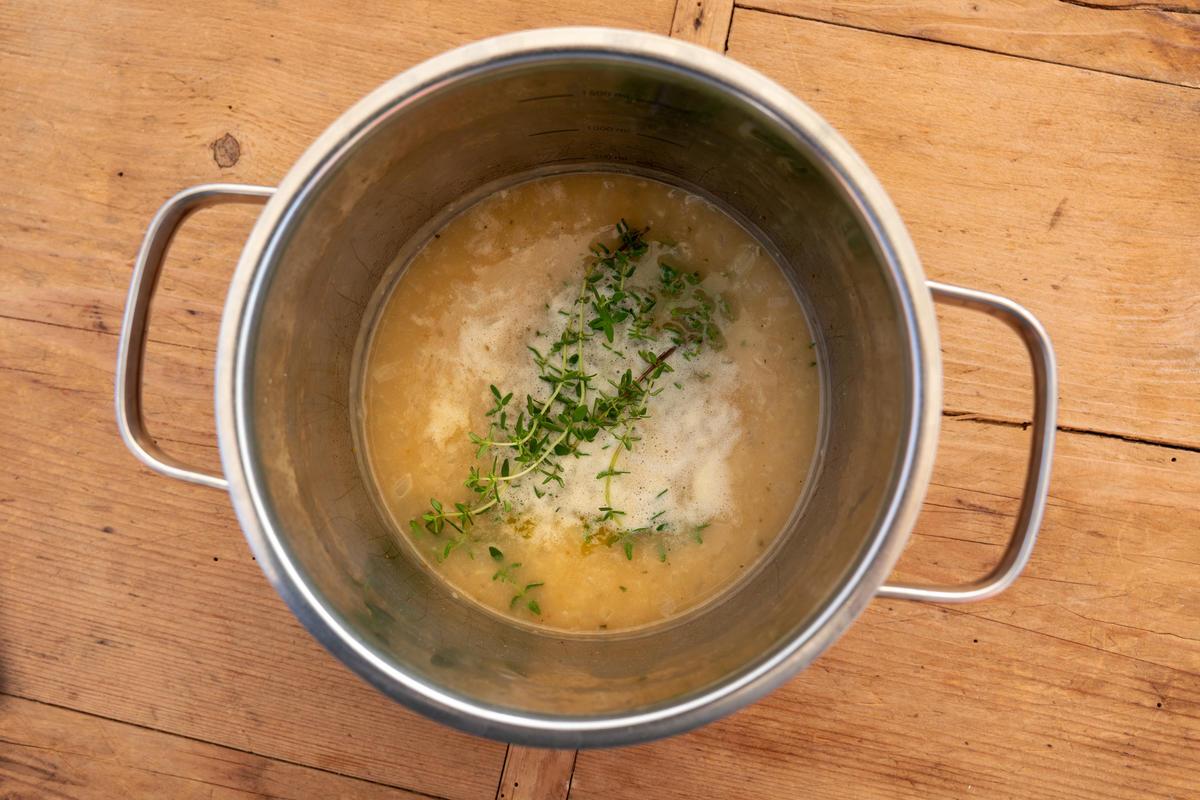 Zwiebel in Butter andünsten, Mehl zugeben und anschwitzen. Mit Milch und Brühe ablöschen, gut umrühren. Thymianzweige dazugeben und unter Rühren zirka 4 Minuten köcheln lassen. (Quelle: Dorn/DJV)