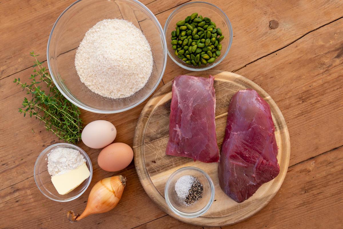 Die Hauptzutaten für das Gericht: Rehfleisch aus der Keule, Pistazien und Thymian.  (Quelle: Dorn/DJV)