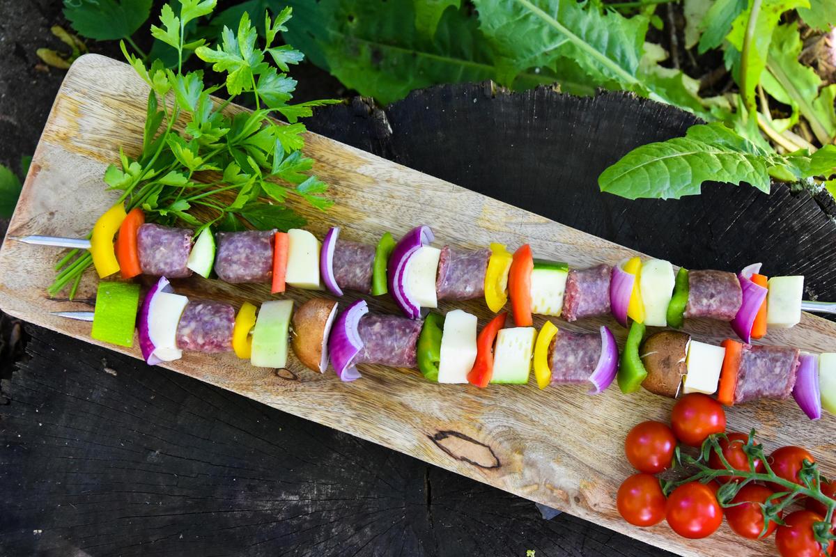Gemüse, Käse und Wildwurst in mundgerechte Stücke schneiden und aufspießen.  (Quelle: Kapuhs/DJV)
