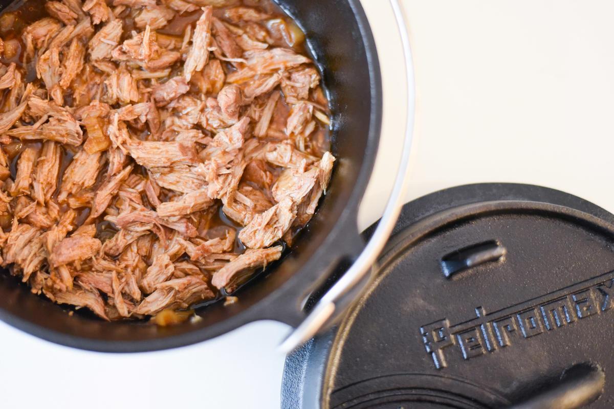Ist das Fleisch nun weich, dieses auf einem Teller oder in einer Schüssel mit zwei Gabeln zerrupfen. Nach und nach die Flüssigkeit aus dem DutchOven dazugeben, mit Pfeffer nachwürzen.  (Quelle: Kapuhs/DJV )