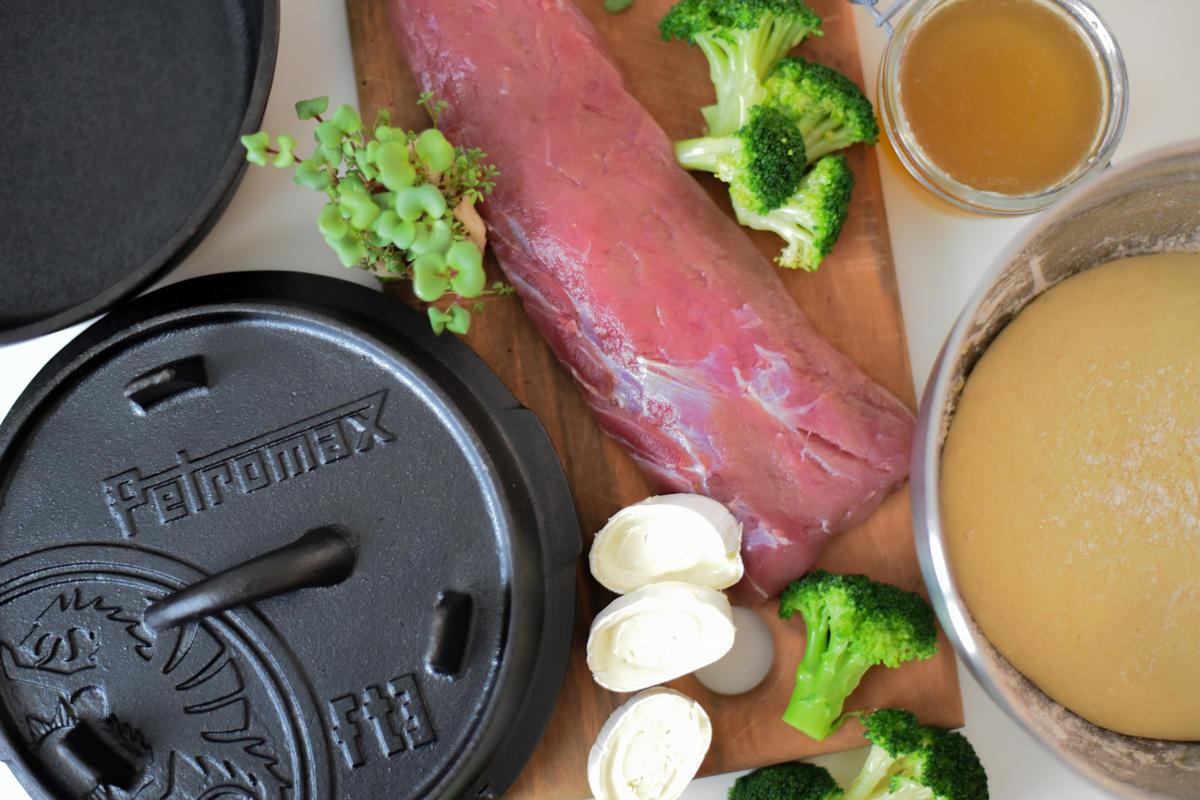 Die Hauptzutaten für das Rezept: Wildschweinfleisch, Brokkoli, Weichkäse, Wildfond und die Zutaten für den Bagelteig.  (Quelle: Kapuhs/DJV)