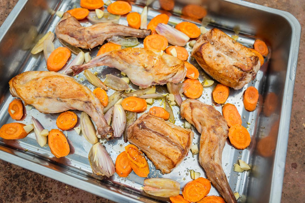Möhren in Scheiben schneiden, Zwiebeln achteln und den Knoblauch fein hacken.   Alles mit in die Pfanne geben, kurz mitbraten und mit Weißwein ablöschen. (Quelle: Dorn/DJV)