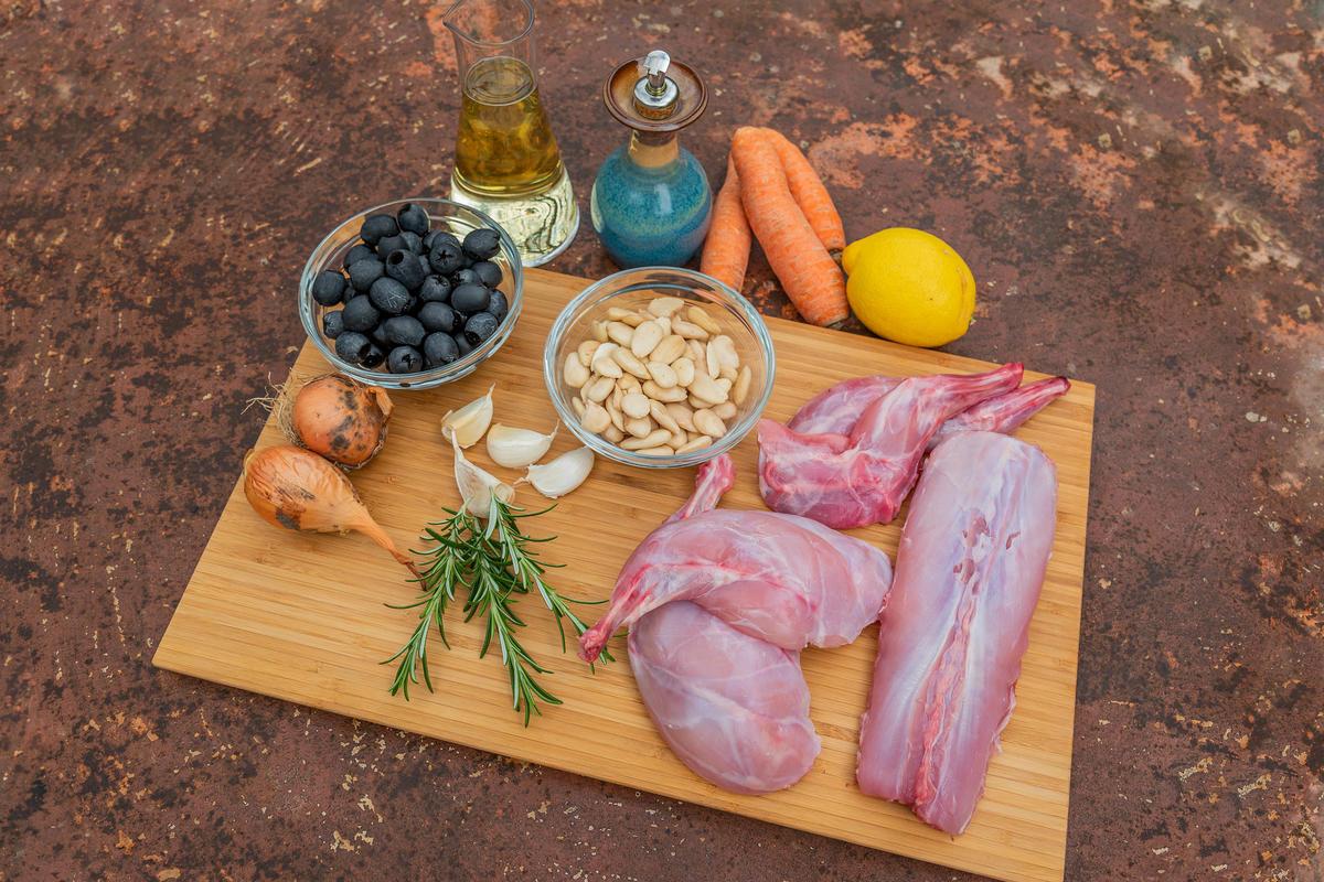 Die Hauptzutaten für das Rezept: Wildkaninchen, Oliven, Mandeln, Möhren, Zitrone, Zwiebeln, Rosmarin und Knoblauch.  (Quelle: Dorn/DJV)