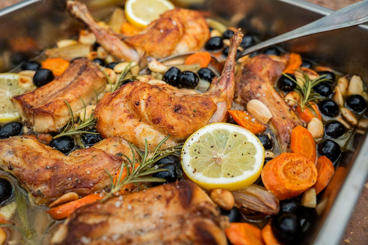 Alles in einen Bräter geben, mit Salz und Pfeffer bestreuen, die Gemüsebrühe dazugeben und im Ofen ca. 60 Min. garen. 15 Min. vor Ende der Garzeit die Mandeln, die Oliven und den Rosmarin mit in den Bräter geben.  (Quelle: Dorn/DJV)