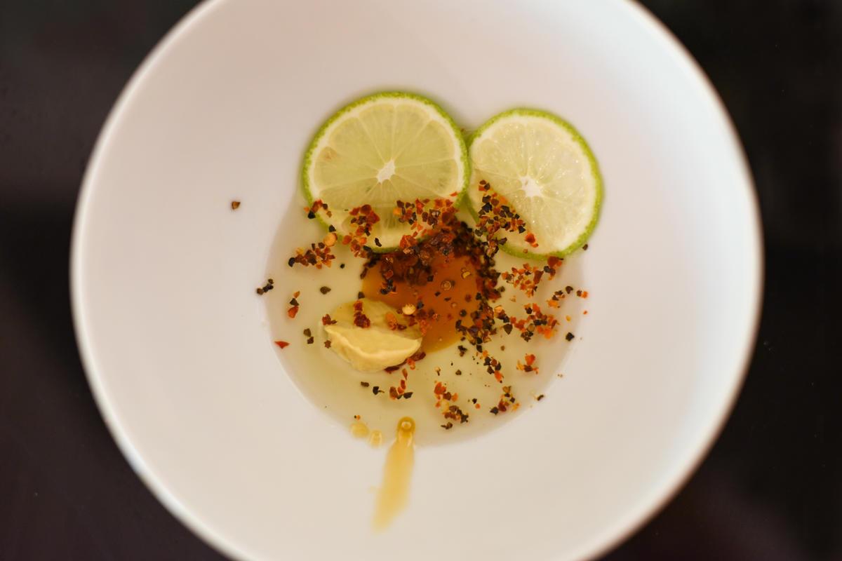 Für die Marinade Öl, Honig, Senf, Pfeffer, Chili und Limette mischen.  (Quelle: Kapuhs/DJV )