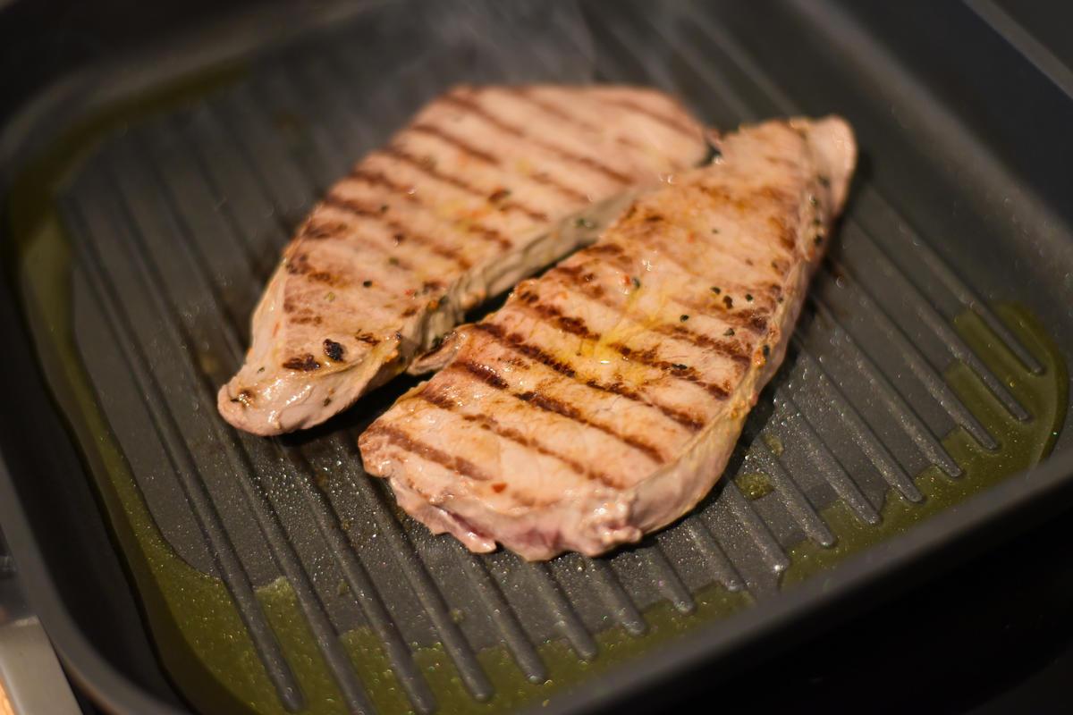 Die Steaks scharf anbraten und im Ofen noch einige Minuten ziehen lassen.  (Quelle: Kapuhs/DJV )