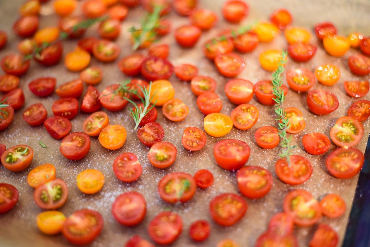 Die Kirschtomaten halbieren, salzen und im Backofen trocknen.  (Quelle: Kapuhs/DJV )