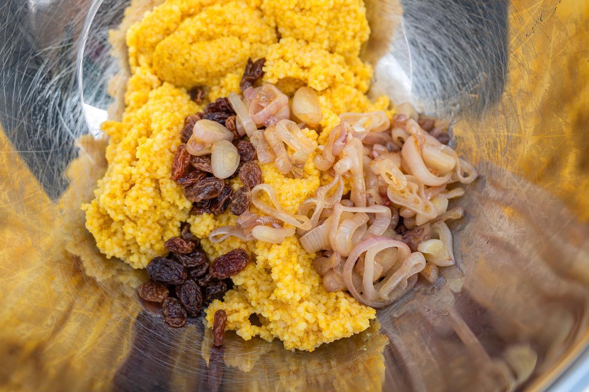 In der Zwischenzeit die Rosinen in etwas warmem Wasser einweichen. Den Couscous nach Packungsanleitung garkochen. Die Pinienkerne in einer Panne ohne Fett anrösten. Die Schalotten schälen und in Ringe schneiden.  (Quelle: Dorn/DJV)