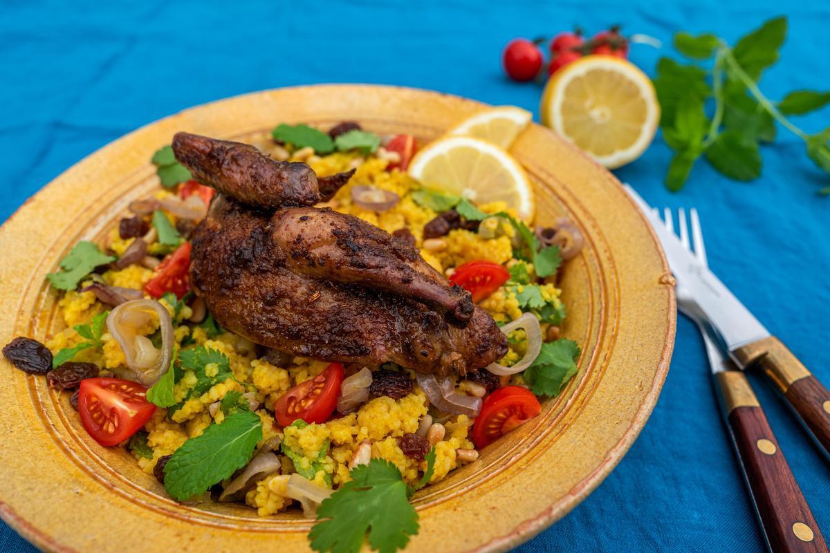 Couscous mit Pinienkernen und Tomatenwürfeln bestreuen und zusammen mit den Taubenhälften servieren. Mit Zitronenscheiben garnieren. (Quelle: Dorn/DJV)
