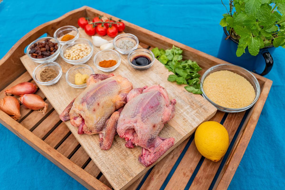 Die Hauptzutaten für das Rezept: Tauben, Couscous, Gewürze, Tomaten und frische Kräuter. (Quelle: Dorn/DJV)