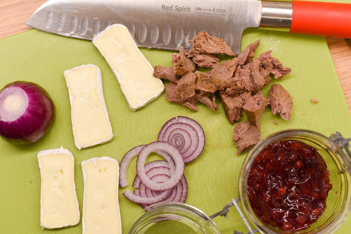 Fleisch kleinzupfen, Zwiebeln und Camembert in Ringe/Scheiben schneiden.  (Quelle: Kapuhs/DJV)