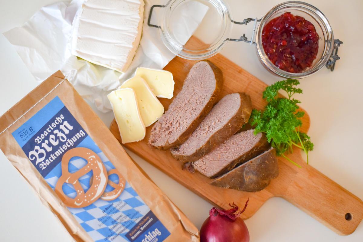 Die Hauptzutaten für das Rezept: Rehbraten vom Vortag, Brezel-Backmischung, Camembert und Preiselbeeren. (Quelle: Kapuhs/DJV)