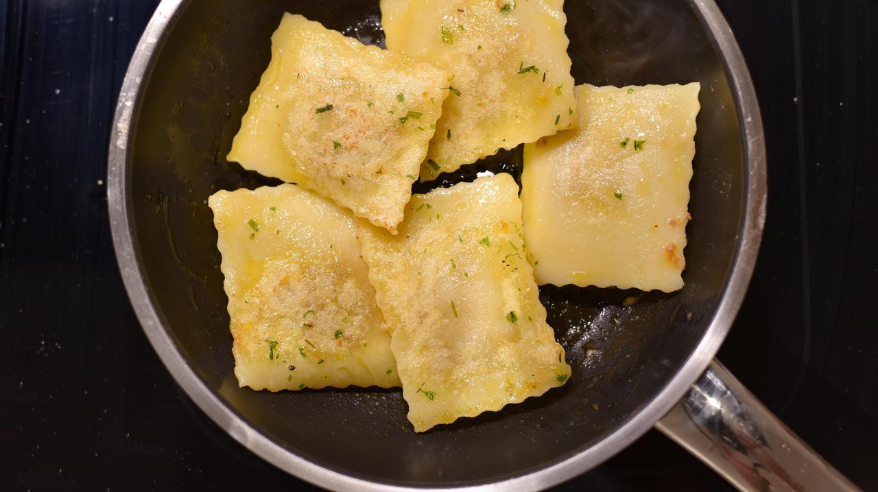 Die Ravioli für 6 Minuten in siedendes Wasser geben. Anschließend abtropfen lassen und für zwei drei Minuten in Kräuterbutter anbraten.  (Quelle: Kapuhs/DJV)