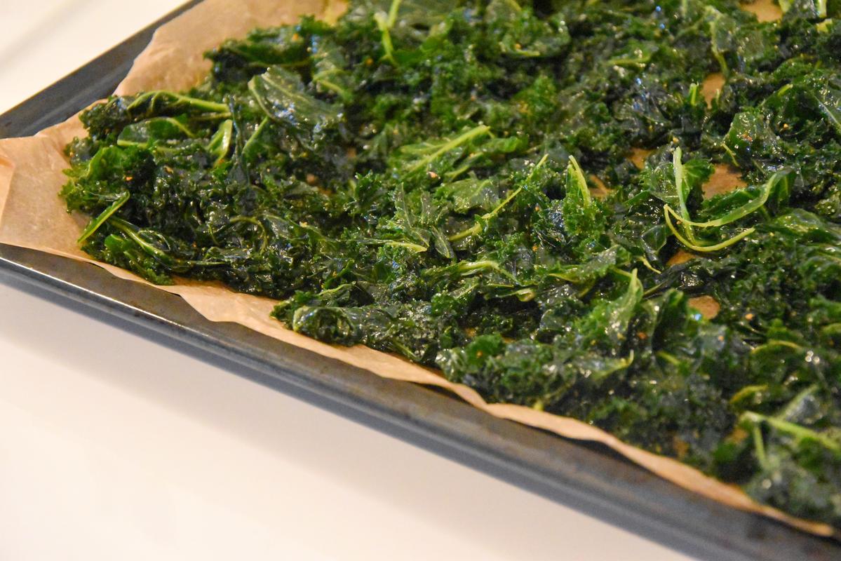 Grünkohl vom Strunk zupfen, würzen und backen.  (Quelle: Kapuhs/DJV)
