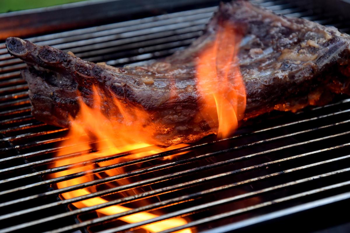 Rippchen für wenige Minuten bei direkter Hitze grillen. (Quelle: Kapuhs/DJV)