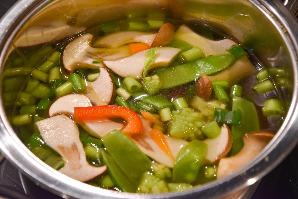Brühe erhitzen und alle Zutaten dazugeben. Noch kurz köcheln lassen und servieren.  (Quelle: Kapuhs/DJV)