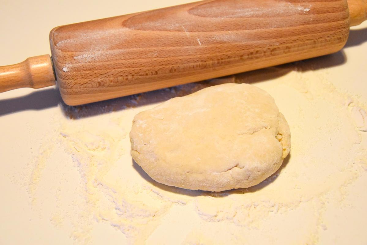 Für den Teig 200 Gramm Mehl, Salz, Wasser und Ei mischen.  (Quelle: Kapuhs/DJV)
