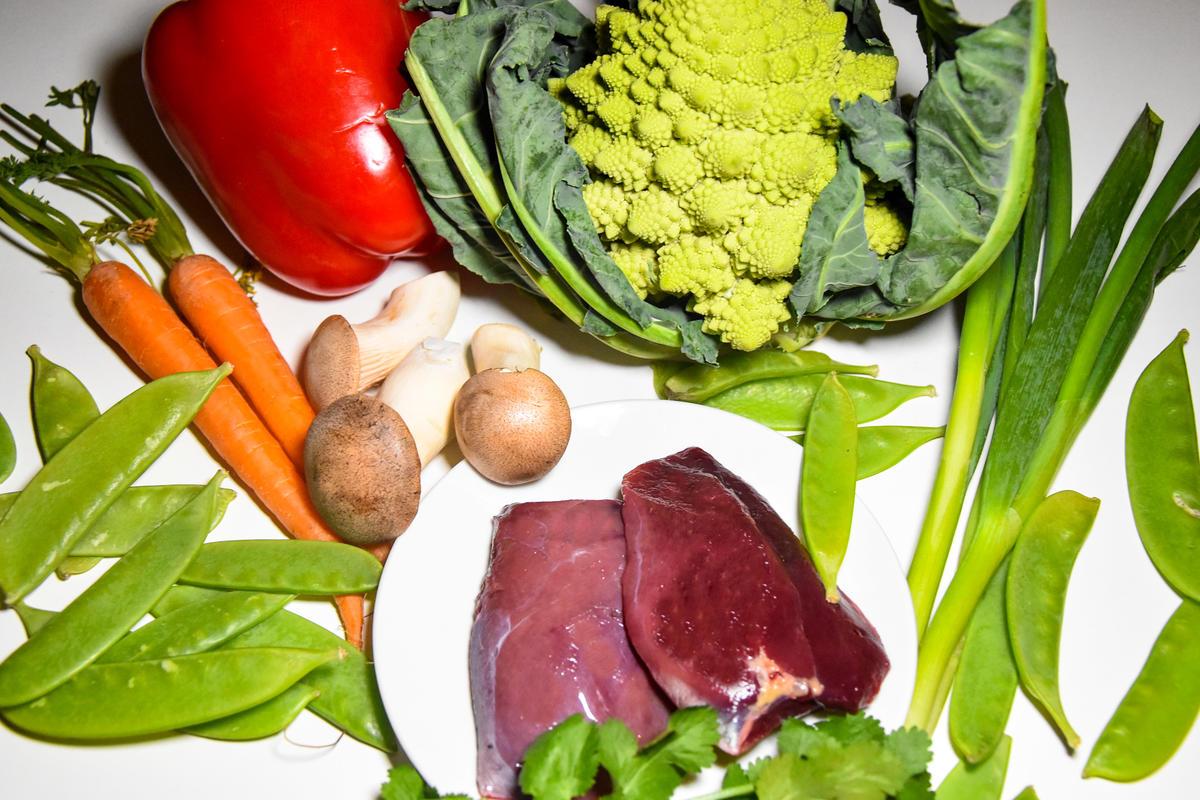 Die Hauptzutaten für das Rezept: Romanesco, Pilze, Paprika, Möhren, Schoten, Lauch, Stockentenbrüste, Brühe und Mehl für den Teig.  (Quelle: Kapuhs/DJV)
