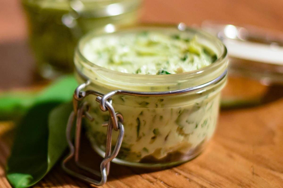 Bärlauch hacken und unter die Butter heben. Mit Salz und Pfeffer würzen.  (Quelle: Kapuhs/DJV)