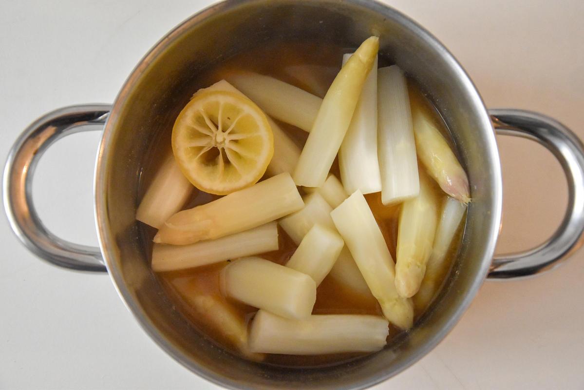 Den Spargel kurz kochen, anschließend marinieren.  (Quelle: Kapuhs/DJV)