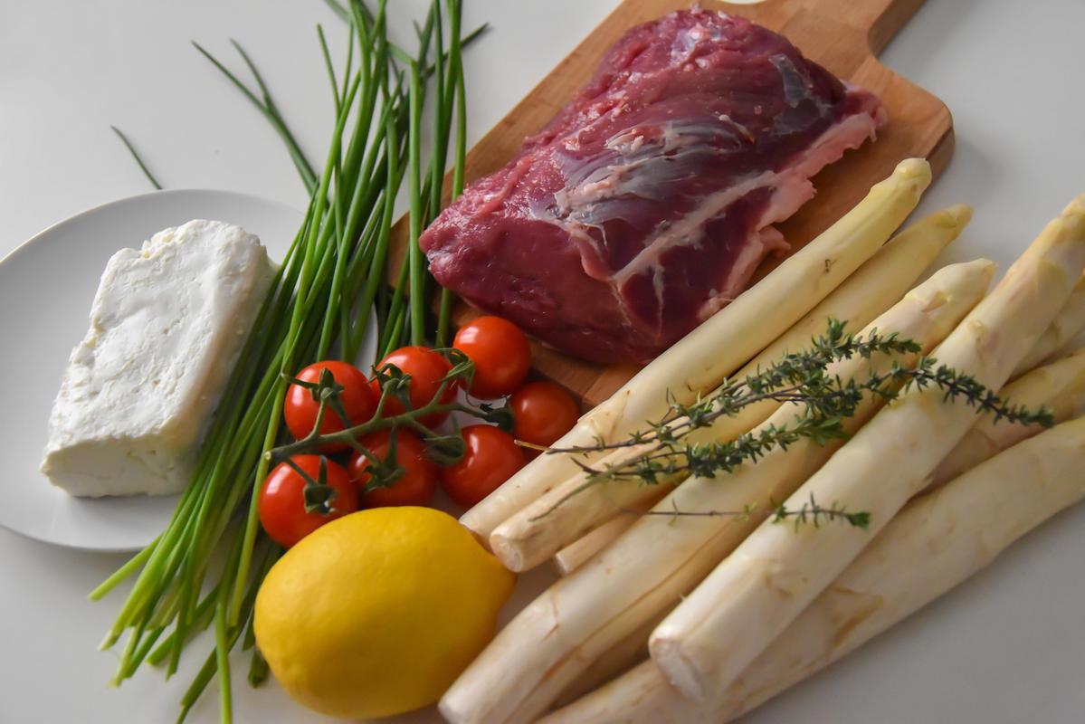 Die Hauptzutaten für as Rezept: Wildschweinrücken, Spargel, Schafskäse, Zitrone und Schnittlauch (Quelle: Kapuhs/DJV)