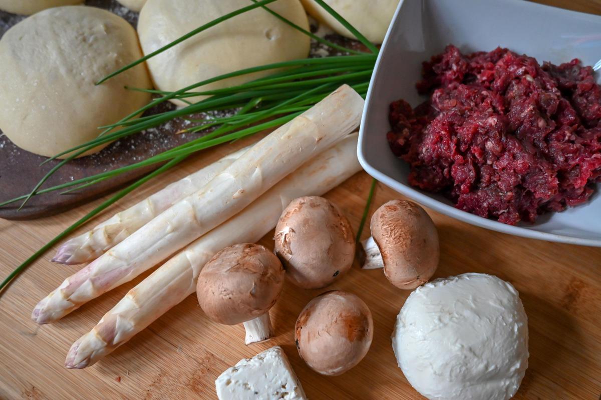 Die Hauptzutaten für das Rezept: vorbereiteter Teig, Hackfleisch vom Rotwild, Spargel, Champignons, Mozzarella und Schafskäse (Quelle: Kapuhs/DJV)