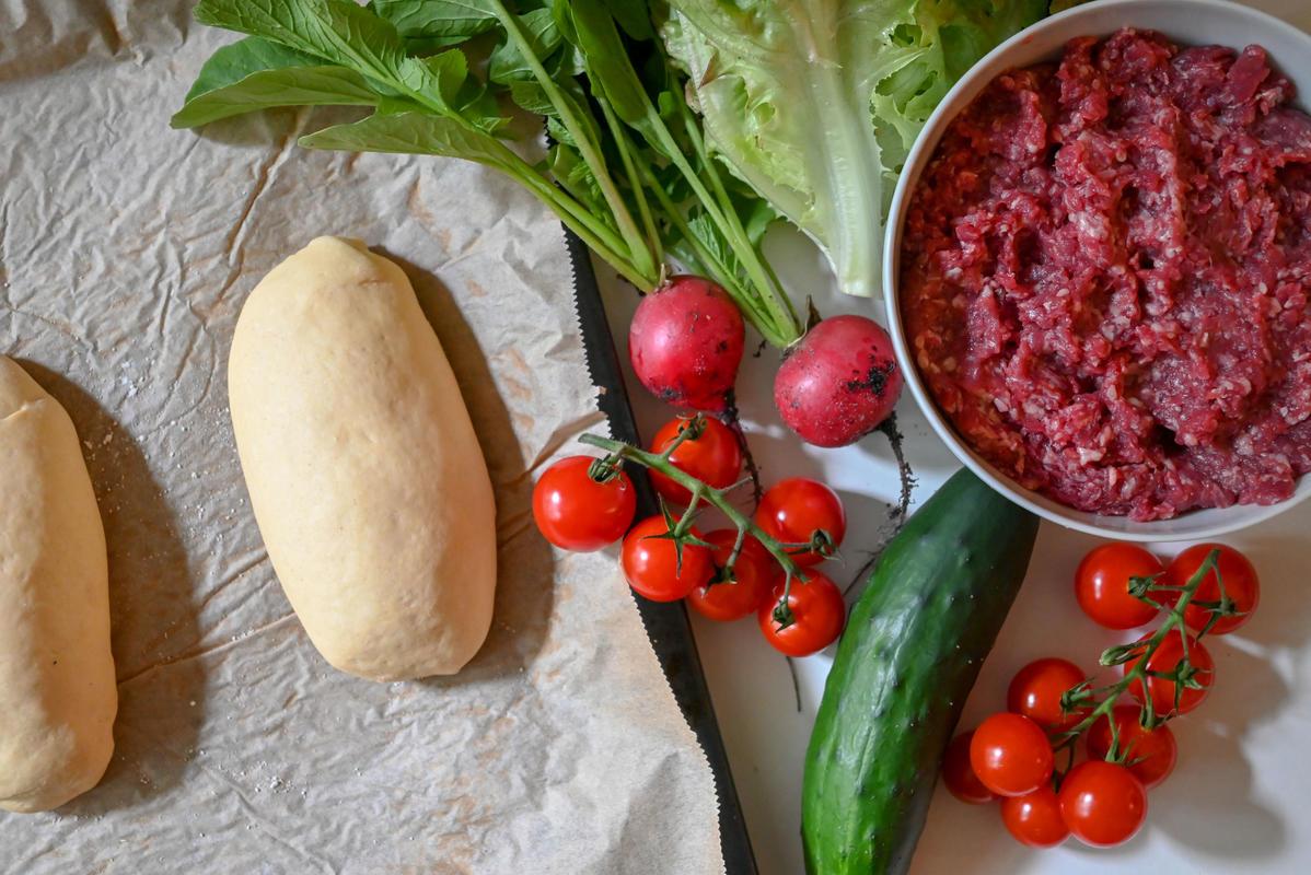 Die Hauptzutaten für das Rezept: Wildhack, frisches Gemüse und selbstgemachte Baguette.  (Quelle: Kapuhs/DJV)
