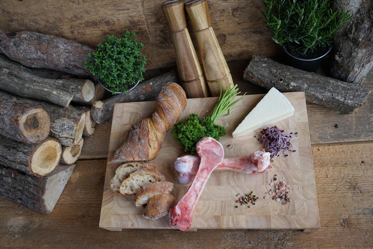 Die Hauptzutaten für das Rezept: Markknochen vom Wildschwein, Parmesan, Wurzelbrot, und frische Kräuter (Quelle: Hennefarth/Martig/DJV)