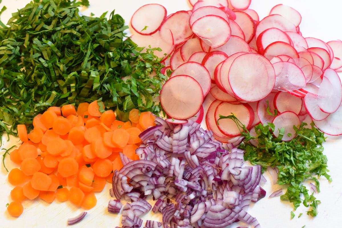 Frisches Gemüse und Kräuter für die Sülze.  (Quelle: Kapuhs/DJV)