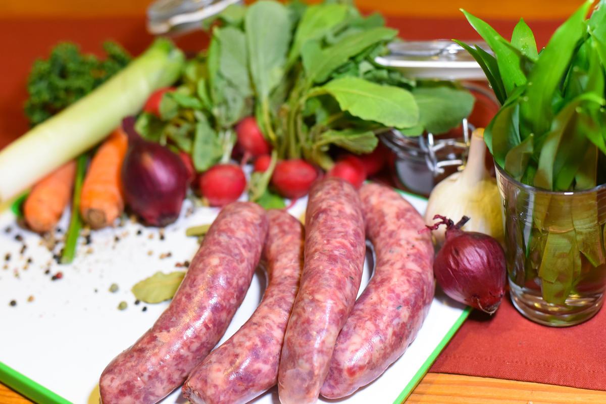 Die Hauptzutaten für das Rezept: Kochwurst vom Wildschwein, Suppengemüse, Radieschen, Zwiebeln und frische Kräuter.  (Quelle: Kapuhs/DJV)