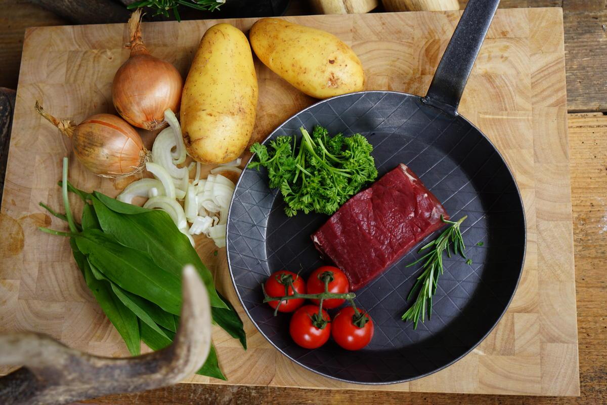 Die Hauptzutaten für das Rezept: Hirschrücken, Kartoffeln und Zwiebeln. (Quelle: Hennefarth/Martig/DJV)
