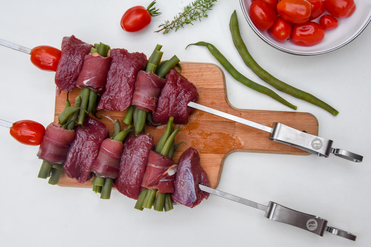 Fleisch und Bohnen-Röllchen aufspießen.  (Quelle: Kapuhs/DJV)