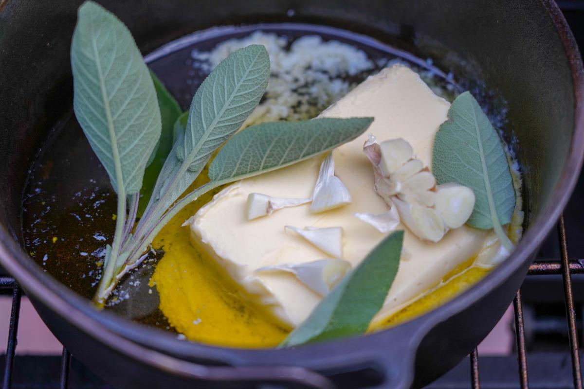 Butter zergehen lassen, Salbei und Knoblauch dazugeben. (Quelle: Kapuhs/DJV)