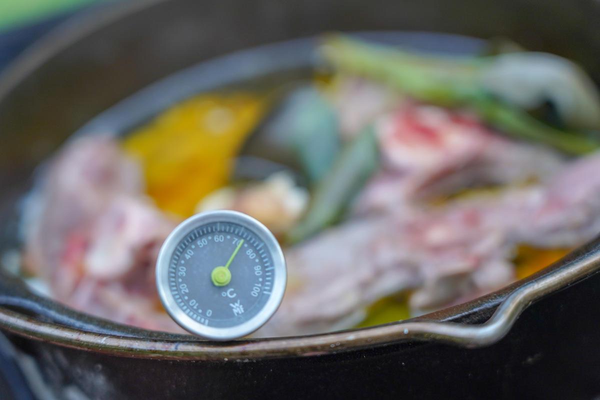 Bei 60 bis 70 Grad Celsius für etwa 20 Minuten garen.  (Quelle: Kapuhs/DJV)