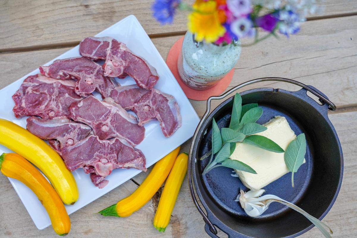 Die Hauptzutaten für das Rezept: Wildschwein-Koteletts, Butter, Salbei, Knoblauch und Zucchini.  (Quelle: Kapuhs/DJV)