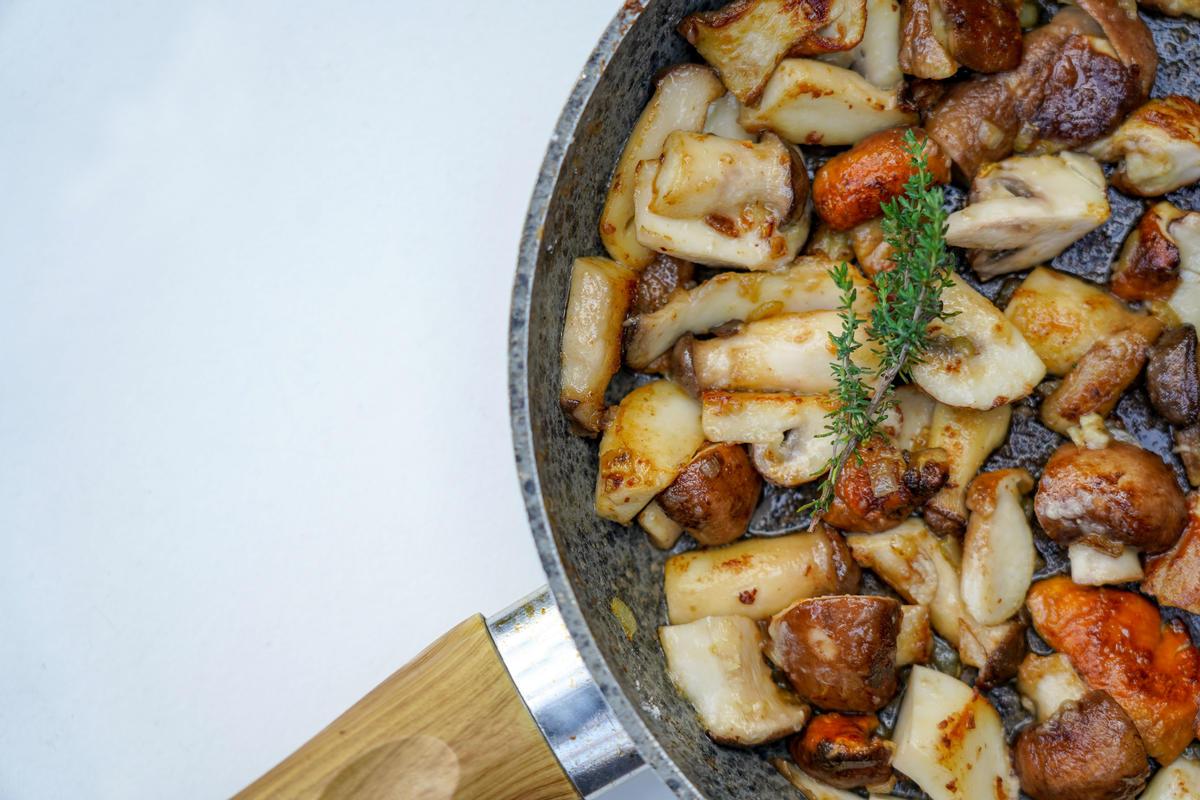 Pilze anbraten, mit Wein ablöschen und Sahne aufgießen.  (Quelle: Kapuhs/DJV)