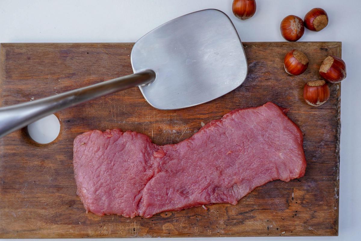 Fleisch plattieren, würzen und panieren.  (Quelle: Kapuhs/DJV)