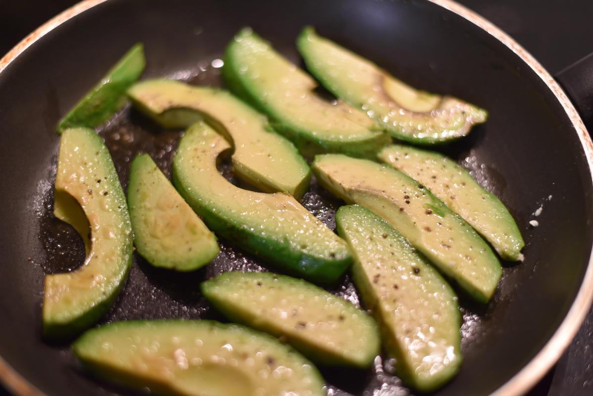 Avocado ebenfalls in Streifen schneiden, Schale entfernen und anbraten. (Quelle: Kapuhs/DJV)
